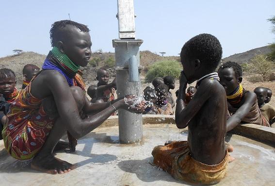 agua-pozos-turkana-mujer-gotas-para-la-vida