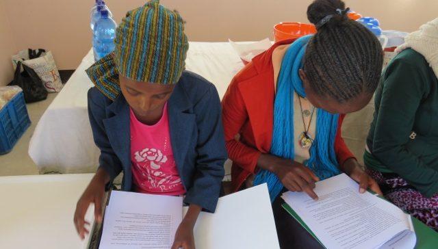 etiopia_residencia-chicas leyendo el reglamento