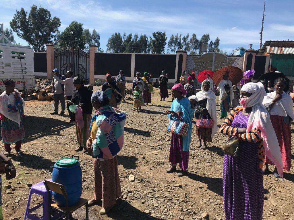 Personas esperando fuera de la misión de Muketuri dirigida por Lourdey Larruy, para recibir ayuda alimenticia durante la pandemia del Covid-19