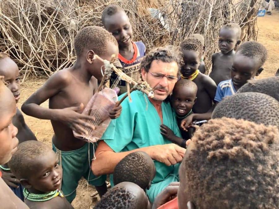 El veterinario David Iglesias rodeado por los niños de uno de los poblados en los que lleva a cabo la campaña de desparasitación