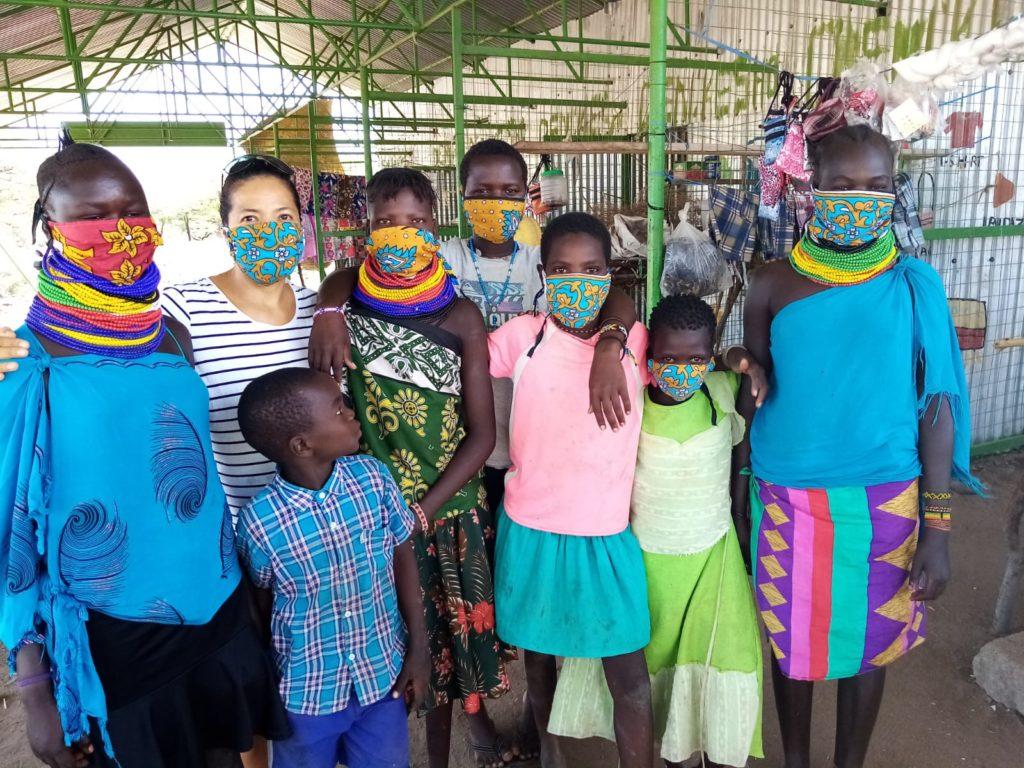 Grupo de personas en Kokuselei llevando las mascarillas elaboradas con esta iniciativa
