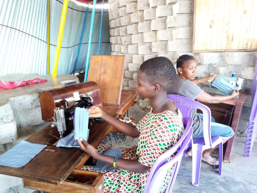 Mujeres en Kokuselei elaborando mascarillas con las máquinas de coser