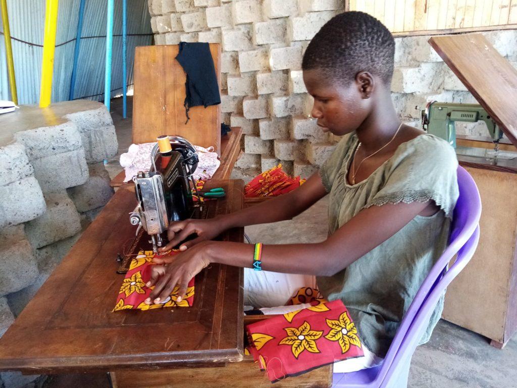 Cecilia Ekatorrot en Kokuselei fabricando una mascarilla