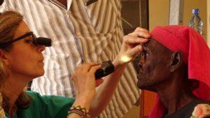 Campaña oftalmológica : Blanca García Sandoval revisando la visión de un paciente
